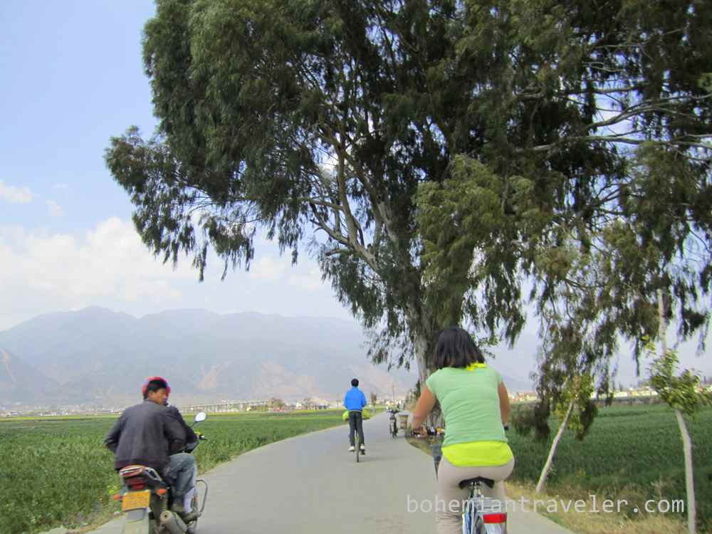 Cycling along Er Hai Lake